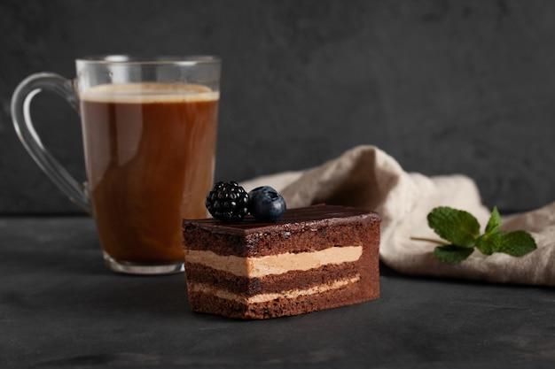 Eigengemaakte chocoladetaart met braambes.