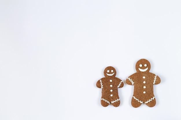 Eigengemaakte de peperkoekkoekjes van kerstmis die op witte achtergrond met exemplaarruimte worden geïsoleerd