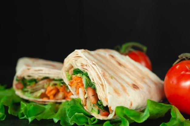 Eigengemaakte dieet verse shoarma met greens, kipfilet en tomaten