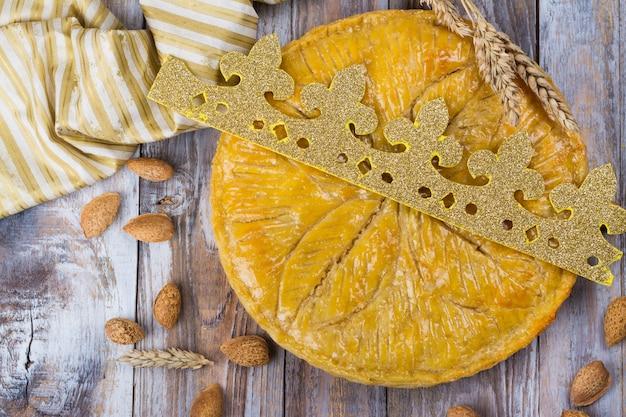 Eigengemaakte galette des rois-cake met met de hand gemaakte koningenkroon.