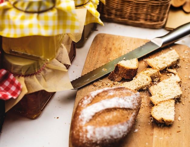 Eigengemaakte gebakken gebakjekeuken met jam