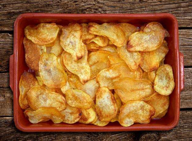 Eigengemaakte gebraden aardappels gesneden spaanders