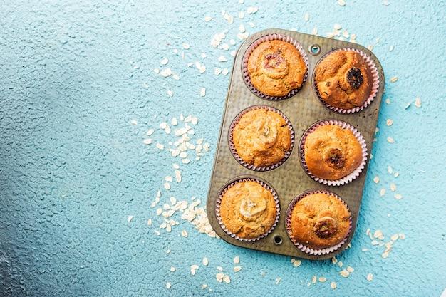Eigengemaakte gezonde uit banaanmuffins op blauw