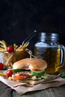 Eigengemaakte hamburger met broodje