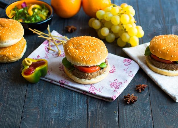 Eigengemaakte hamburger met groentenkruiden en rundvleesvlees op houten