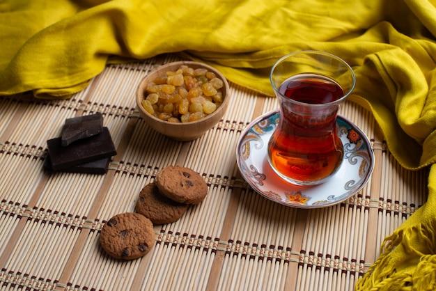 Eigengemaakte havermeelkoekjes en choclate met een kop thee