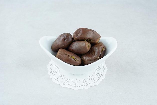 Eigengemaakte ingelegde aubergines in witte kom.