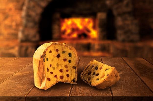 Eigengemaakte italiaanse panettone op houten lijst