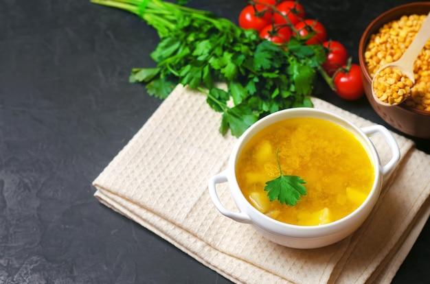 Eigengemaakte kippenbouillon of bouillon met aardappels en greens