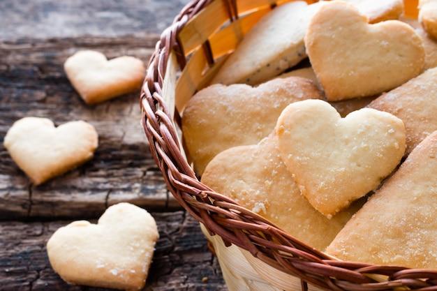 Eigengemaakte koekjes in de vorm een hart in een houten mand