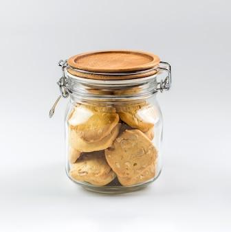 Eigengemaakte koekjes in een glaskruik.