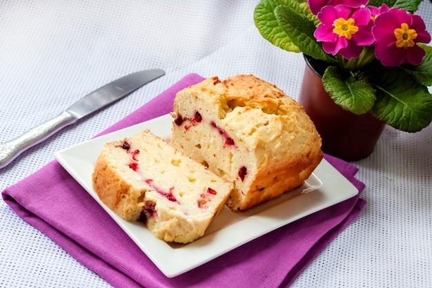 Eigengemaakte kwarkcake met kersen op een plaat