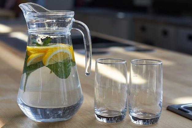 Eigengemaakte limonade met citroenen op een houten lijst, zachte nadruk.