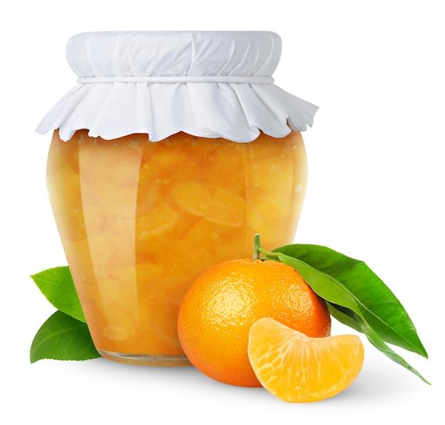 Eigengemaakte mandarijnjam in glaskruik met document deksel dat op witte achtergrond wordt geïsoleerd