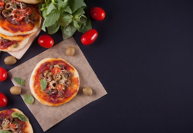 Eigengemaakte minipizza op zwarte