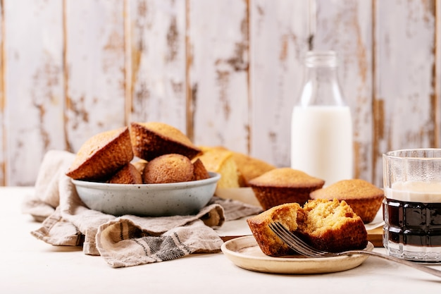 Eigengemaakte muffins die met koffie op witte textuurachtergrond worden gediend