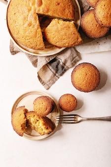 Eigengemaakte muffins op witte textuurachtergrond. bovenaanzicht, plat gelegd. kopieer ruimte