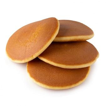 Eigengemaakte pannekoeken die op een witte achtergrond worden geïsoleerd.