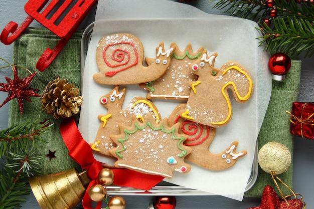 Eigengemaakte peperkoekkoekjes met suikerglazuur. verschillende dierenvormen
