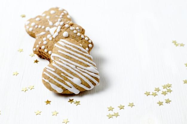 Eigengemaakte peperkoekkoekjes op witte houten