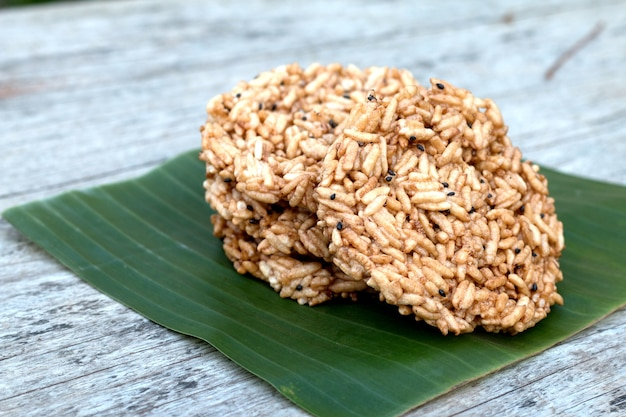 Eigengemaakte ronde rijstcroketjes op houten bureau