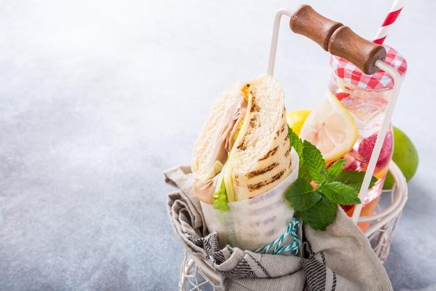 Eigengemaakte sandwich met ham, kaas en sla