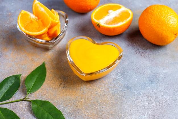 Eigengemaakte sinaasappelwrongel met sappige sinaasappels.