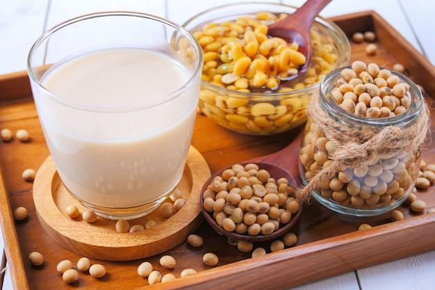 Eigengemaakte sojamelk en sojaboon