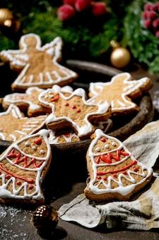 Eigengemaakte traditionele peperkoekkoekjes van kerstmis met versierd suikerglazuur