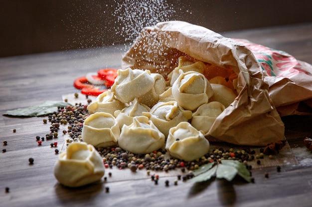 Eigengemaakte vleesbollen - russische pelmeni.