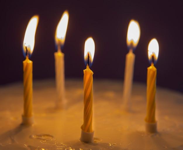 Eigengemaakte zoete cake voor verjaardagsclose-up