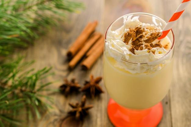 Eigengemaakte zoete drank van kerstmis eierpunch.