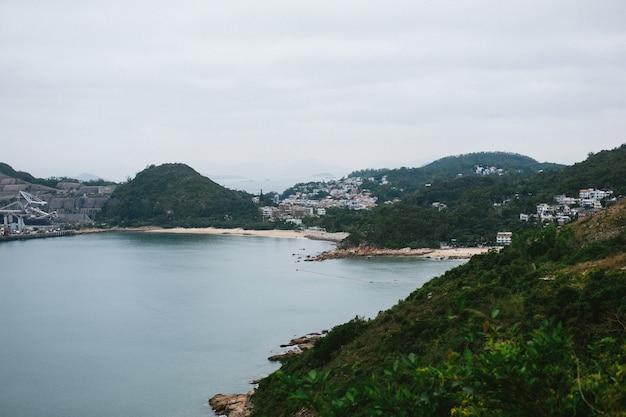 Eigenschappen op groene bergen aan de kust