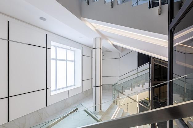 Eigentijds gangzaal zakencentrum in witte tegels met marmer