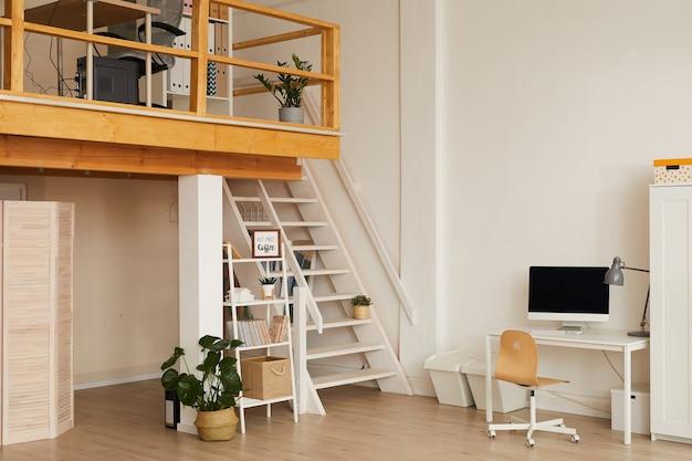Eigentijds kantoorontwerp met minimale werkplekken over twee verdiepingen