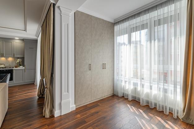 Eigentijds woonkamerinterieur ontworpen in moderne stijl