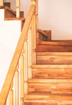 Eigentijdse bruine houten trap in huis