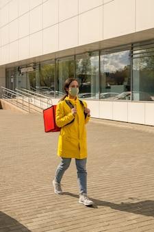 Eigentijdse koerier in vrijetijdskleding en beschermend masker