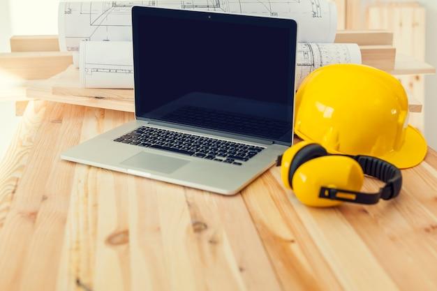 Eigentijdse laptop op plaatswerk voor bouwvakker