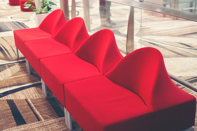 Eigentijdse loungeruimte met gezellige sofa's die zich in een zakencentrum bevinden