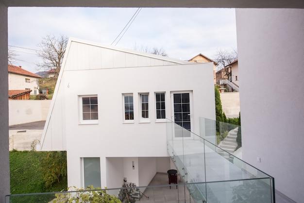 Eigentijdse mooie moderne witte huisbuitenkant
