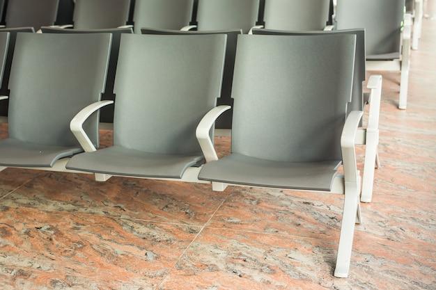 Eigentijdse zitkamer met zetels in de luchthaven. lege stoel op de luchthaven.