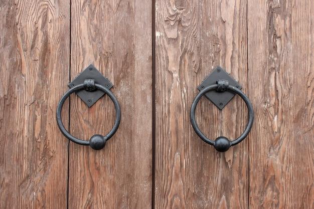 Eiken deuren met smeedijzeren handgrepen in de vorm van ringen