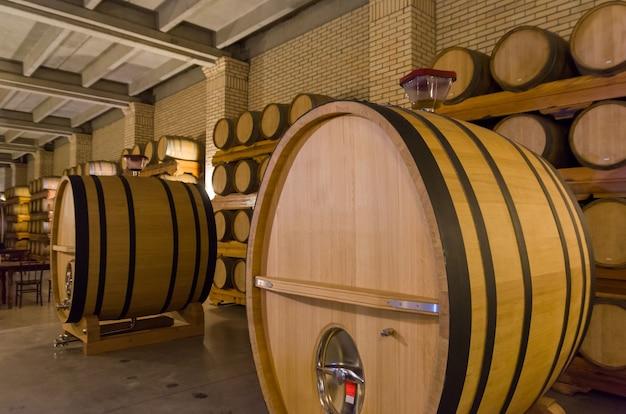 Eikenhouten vaten voor wijnrijping in een ondergrondse kelder in vale dos