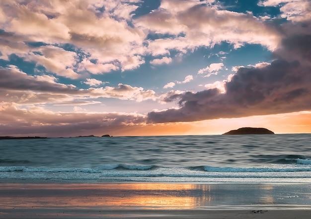 Eiland craigleith bij zonsondergang vóór de storm. dramatische hemel heeft vorm van hart. north berwick. east lothian. schotland. vk.