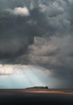 Eiland in de finse golf. het weer verslechtert