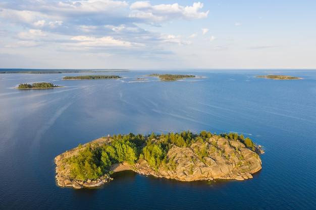 Eiland in de luchtfoto van de golf van finland. oostzee