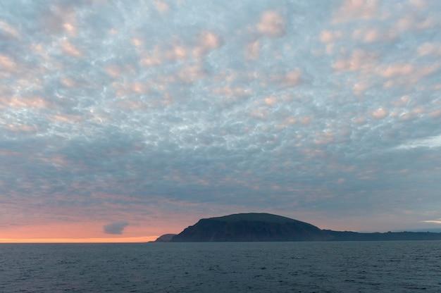 Eiland in de vreedzame oceaan bij zonsondergang, isabela island, de eilanden van de galapagos, ecuador