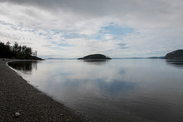 Eiland in een meer, deception pass state park, oak harbor, washington state, verenigde staten