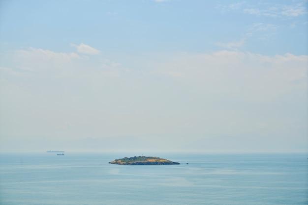 Eiland in het midden van de oceaan